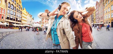 Allegro coppia giovane ascolto di musica Foto Stock