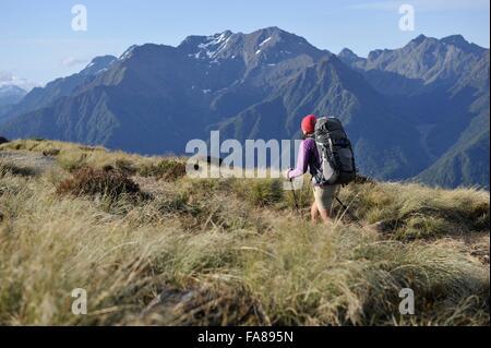 Giovani femmine escursionista escursionismo il Keplero via, Nuova Zelanda Foto Stock