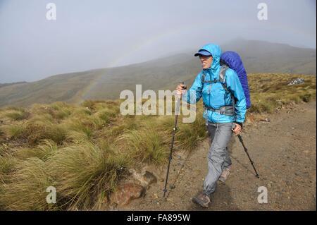 Giovani femmine escursionista nella parte anteriore del rainbow, Keplero via, Nuova Zelanda Foto Stock