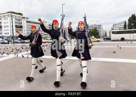 Protezioni presidenziale, che sono chiamati Evzones, marzo verso la Hellenic (Greco) il Parlamento in piazza Syntagma, Foto Stock