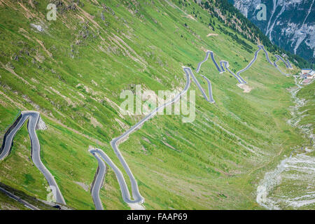 Serpentina strada di montagna nelle Alpi italiane, Stelvio passo dello Stelvio Stelvio, parco naturale Foto Stock