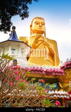 Sri Lanka - Dambulla, Golden statua del Buddha oltre il Museo Buddish, Patrimonio Mondiale dell UNESCO Foto Stock