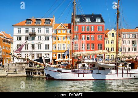 La barca nel canale di Nyhavn, Copenhagen, Danimarca Foto Stock