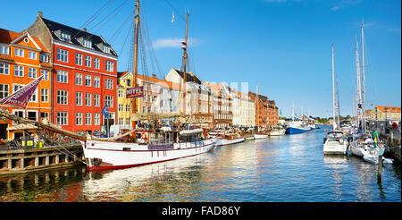 Copenaghen, Danimarca - la nave ormeggiata in Nyhavn Canal Foto Stock
