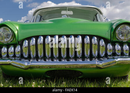 Personalizzato di old timer con una vettura molto lucido griglia della calandra. Foto Stock