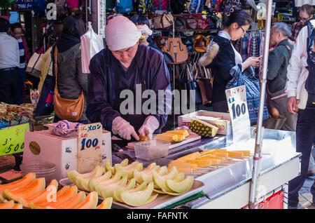 Fornitore di frutta nel mercato Ameyoko street in Okachimachi, Tokyo, Giappone Foto Stock