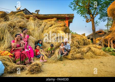 CHITWAN, NEPAL - Ottobre 24, 2015 : famiglia Nepalese relax dopo il raccolto Foto Stock