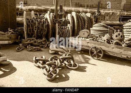 Vecchie funi o catene nel dock cantiere di Brunel storica della SS Gran Bretagna a Bristol Foto Stock