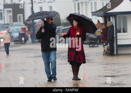 Aberystwyth Wales UK, sabato 02 o gennaio 2016 UK Meteo: All indomani della tempesta Frank, un uomo donna giovane Foto Stock