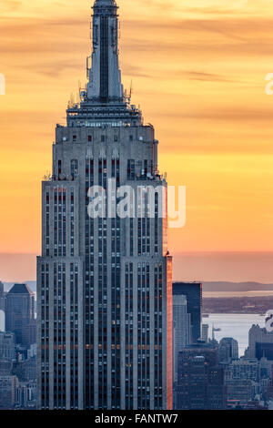 Vista aerea della sommità dell'Empire State Building grattacielo al tramonto con un cielo Fiery. Midtown Manhattan, Foto Stock