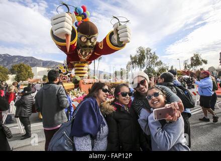 Pasadena, California, Stati Uniti d'America. Il 2 gennaio, 2016. Galleggianti di migliaia di spettatori prendere Foto Stock