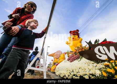 Pasadena, Stati Uniti d'America. Il 2 gennaio, 2016. La gente visita il 127Rose Parade vetrina di galleggianti a Foto Stock