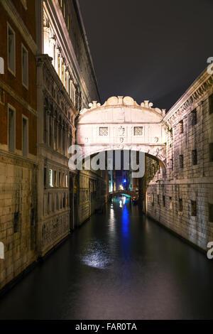Ponte dei Sospiri a Venezia, Italia durante la notte