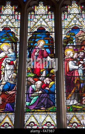 L'interno dell Abbazia di Bath, dettaglio della finestra di vetro colorato - Bagno, Somerset, Regno Unito Foto Stock