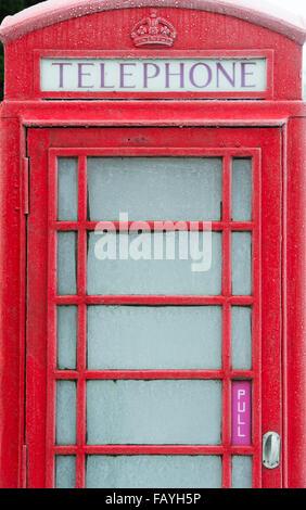 Il vecchio telefono rosso box coperto di brina. Regno Unito Foto Stock