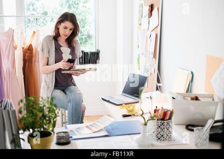 Femmina designer di moda nel suo ufficio Foto Stock