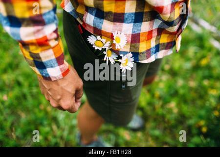 Elevato angolo visuale a metà uomo adulto che indossa controllato shirt margherite shorts pocket Moraine Lake il Foto Stock