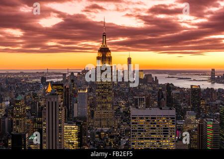 Vista su Manhattan skyline al tramonto dalla cima della Roccia, New York, Stati Uniti d'America Foto Stock