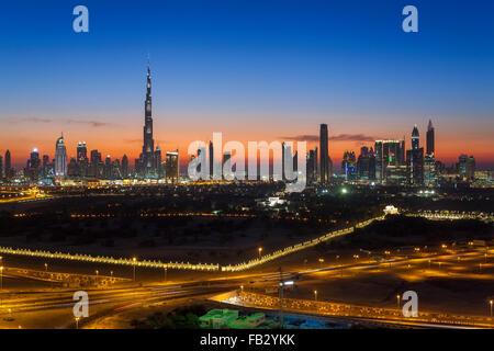 Emirati Arabi Uniti Dubai, vista in elevazione del nuovo skyline di Dubai e Burj Khalifa, architettura moderna e Foto Stock