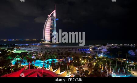 Jumeirah Beach, il Burj Al Arab Hotel, Dubai, Emirati Arabi Uniti, Medio Oriente Foto Stock