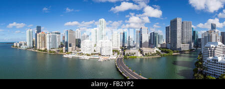 Vista da Brickell Key, una piccola isola coperta in appartamento torri, verso la skyline di Miami, Miami, Florida, Foto Stock