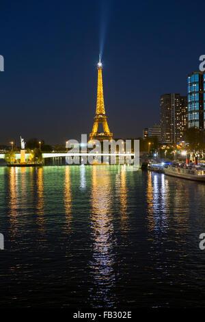 Vista notturna del Fiume Senna con edifici ad alta sulla riva sinistra e la Torre Eiffel, Parigi, Francia, Europa Foto Stock