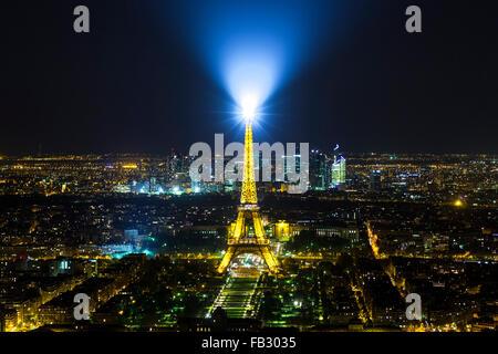 Parigi di notte elevata dello skyline della città illuminata con torre Eiffel, Francia, Europa Foto Stock