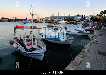 La barca a vela e barche da pesca nella città di Kos porto, isola di Kos, Dodecanneso gruppo di isole, a sud del Mar Egeo in Grecia.