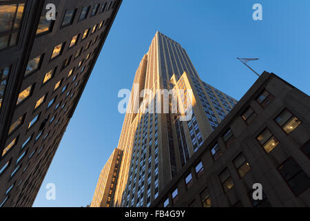 Empire State Building al tramonto dal di sotto. Basso angolo di visione dell'Art Deco grattacielo situato in Midtown Foto Stock