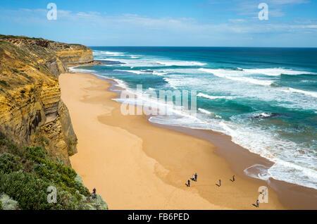 Australia, Port Campbell, turisti sulla spiaggia dei dodici Apostoli sea park Foto Stock