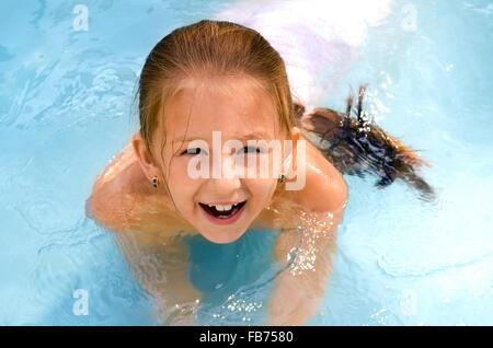 Il bambino la ragazza nuotate in piscina Foto Stock