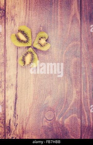 Vintage stilizzata sfondo grunge con un cuore fatto di kiwi, spazio per il testo. Foto Stock