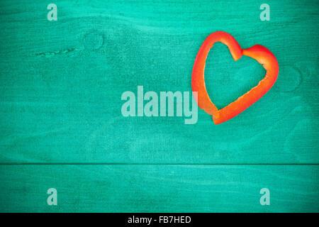 Vintage cuore stilizzato fatto di pepe su sfondo grunge, spazio per il testo. Foto Stock