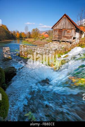 Fiume Gacka paesaggio, Majerovo vrilo Foto Stock
