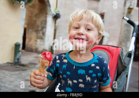 Francia, Rhone-Alpes, Haute-Savoie, Annecy, sorridente ragazzo (2-3) tenendo il gelato Foto Stock