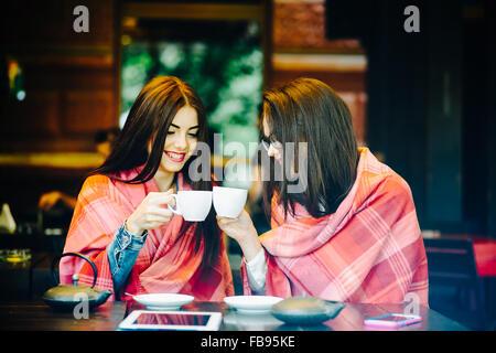 Due giovani e belle ragazze spettegolare Foto Stock