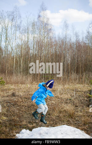 La Svezia, Narke, Filipshyttan, ragazzo (8-9) giocando nel campo Foto Stock