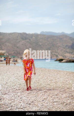 Grecia KARPATHOS, Amopi, ragazza (6-7) permanente sulla spiaggia