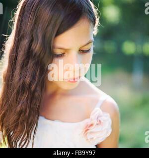 La Svezia, Vastmanland, Ritratto di una ragazza (6-7) in abito bianco Foto Stock