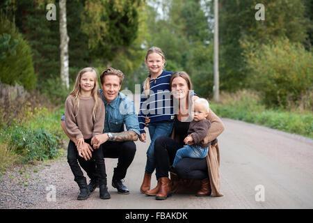 Finlandia, Uusimaa, Raasepori, Karjaa, Ritratto di famiglia con tre bambini (12-17 mesi, 6-7) Foto Stock