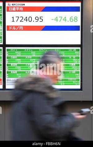 Tokyo, Giappone. 14 gennaio, 2016. Un uomo cammina davanti a un cartello che indica la quota giapponese prezzi su Foto Stock