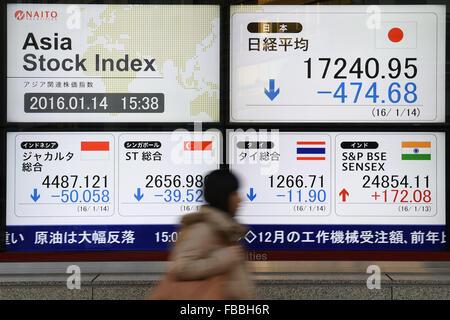 Tokyo, Giappone. 14 gennaio, 2016. Una donna cammina davanti a un cartello che indica la quota giapponese prezzi Foto Stock