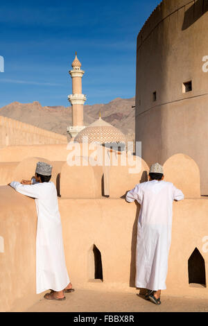 Omani scolari visitano Nizwa Fort in Nizwa Oman Foto Stock
