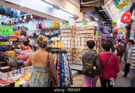 Hong Kong Cina Mercato Stanley famoso centro shopping per turisti con negozio di souvenir in vendita Foto Stock