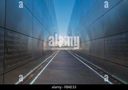 Empty Sky memorial a settembre 11th; situato in Liberty State Park in Jersey City e cercando di fronte a NYC. Foto Stock