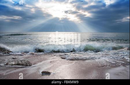 Raggi di sole tra le nuvole. Foto Stock