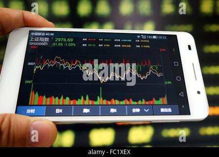 64fad1aef3 Un investitore utilizzare il telefono cellulare per mostrare informazioni  di borsa in un mercato azionario in