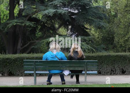 Due ragazze su un banco di lavoro. Foto Stock