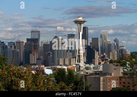 La città di Seattle scape al tramonto con lo Space Needle, Washington, Stati Uniti d'America. Foto Stock