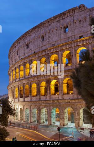 Vista notturna del Colosseo di Roma Foto Stock
